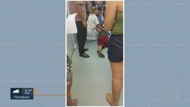 Vídeo mostra paciente caindo no chão da UPA de Santa Cruz - As imagens foram gravadas por uma pessoas que aguardava atendimento na unidade. Um paciente passa mal e cai no chão. A UPA de Santa Cruz estava lotada na segunda-feira (22).