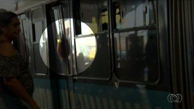 Vídeo flagra passageira com braço preso em porta do Eixo Anhanguera, em Goiânia - Passageiros reclamam ainda do aumento do preço da passagem do transporte coletivo.