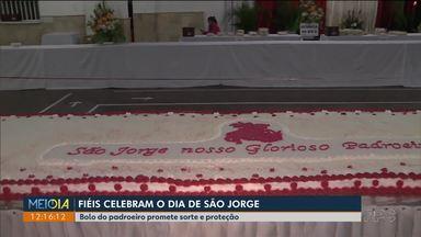 No dia de São Jorge igreja vende bolo com imagens do santo - Quem encontrar a imagem em uma das fatias espera ter sorte o ano todo.
