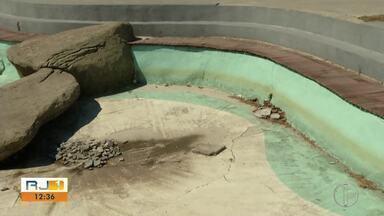 Praça das Àguas sem água decepciona turistas na Praia do Forte, em Cabo Frio, no RJ - Assista a seguir.
