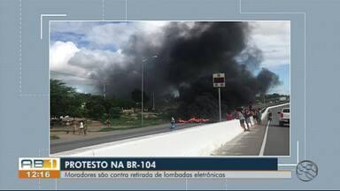 Manifestantes protestam por instalações de lombadas na BR-104 - Cerca de 50 pessoas atearam fogo em pneus no meio da rodovia entre Toritama e Caruaru.