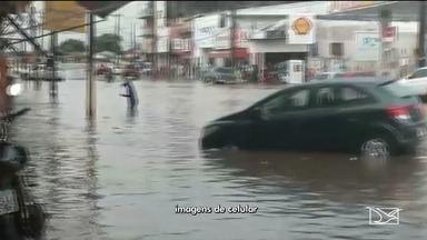 Chuva forte causa transtornos durante a tarde em São Luís - Na Avenida Kennedy e nas ruas transversais, por exemplo, a água acumulada atrapalhou motoristas e pedestres.