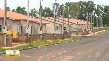 Sorteados da CDHU veem tempo danificar os imóveis, em Junqueirópolis - Prefeitura alega que atraso na entrega se deu por interrupção de contrato.