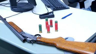 Arma é apreendida depois de denúncia de violência doméstica - Vítima contou para a polícia que o companheiro usava a arma para ameaçá-la.