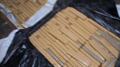 Denúncia anônima ajuda Polícia Militar a apreender meia tonelada de maconha - Ao todo, 557 quilos de maconha foram apreendidos. Mais de meia tonelada da droga estava escondida em um fundo falso do caminhão que trafegava por uma rodovia em Bauru.
