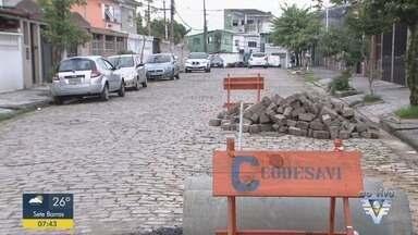Autoridades começam reparos em cratera na Vila Cascatinha, em São Vicente - Buraco na Rua Emílio Carlos tem prejudicado motoristas que passam pelo local.