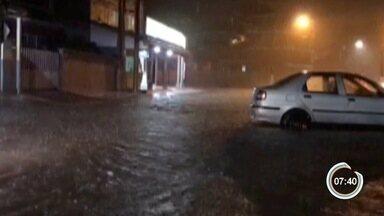 Choveu forte em Ubatuba à noite - Telespectadores mandaram vídeos para a redação.