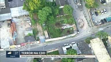 PMs e traficantes entram em confronto, na Cidade de Deus, e moradores ficam acuados - Batalhões de Choque e de Ações com cães fizeram operação pra prender assassinos do capitão da polícia militar Anderson Galvão.