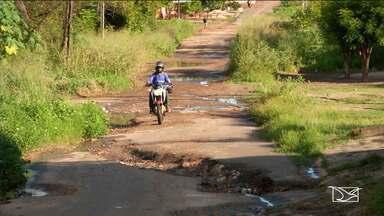 Motoristas e pedestres reclamam da falta de infraestrutura de avenida em Caxias - Via pública importante na área urbana tem sido motivo de muita reclamação.