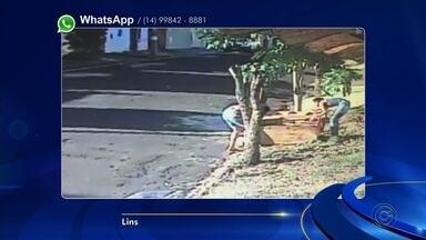Moradores denunciam pelas redes sociais descarte irregular de lixo em Lins - Em Lins, a câmera de segurança registrou pessoas jogando lixo em um terreno baldio e a moradora mandou os vídeos pelo WhatsApp da TV TEM.