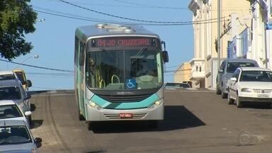 Novo ônibus de Agudos é pichado por vândalos - Depois das denúncias da situação precária da frota da cidade, município colocou seis ônibus novos para rodar, mas nesta terça-feira (23) um dos veículos apareceu com pichações na parte interna.