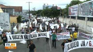 Moradores do bairro do Pinheiro fazem manifestação em Maceió - Grupo saiu em passeata pela Fernandes Lima até o Tribunal de Justiça.