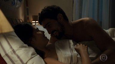 Jamil declara seu amor por Laila - Os dois passam a noite juntos e comemoram a reconciliação