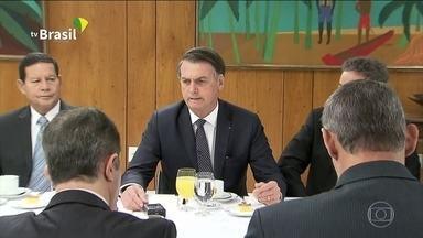 Bolsonaro minimiza crise com Mourão em café da manhã com jornalistas - Presidente disse que a relação com o vice é boa e de confiança