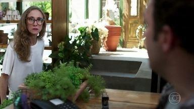 Eva exige que Abner pare de chantagear Sara - Ela insinua que os dois estão apaixonados um pelo outro