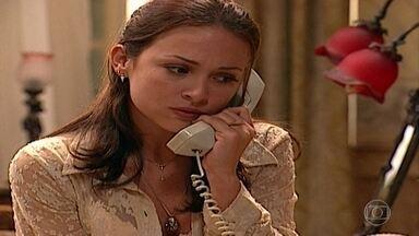 """Eduarda liga novamente para Marcelo - Arnaldo atende o telefone. Ela o chama de """"pai"""""""