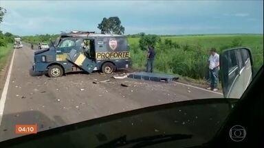 Quadrilha explode carro-forte em rodovia do Tocantins - Cercados por bandidos com armamento pesado, os seguranças abandonaram o veiculo e se esconderam no matagal.