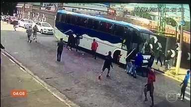 Câmera de segurança registra confronto entre torcidas do Palmeiras - A briga foi entre ex e atuais integrantes da Mancha Verde, em São Paulo. Um torcedor foi baleado durante a confusão. O atirador foi preso em flagrante.