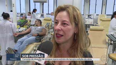 """Estreia de """"Sob Pressão"""" tem corrente de doação de sangue - Hemocentros de 89 cidades participam de corrente de doação, que marca estreia da terceira temporada da série Sob Pressão."""