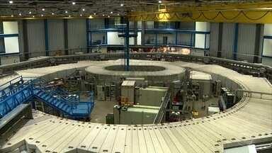 Acelerador de partículas Sirius deve entrar em operação este ano - Deve entrar em operação este ano o maior empreendimento da história da ciência brasileira. É o Sirius, um grande acelerador de partículas, capaz de ajudar o Brasil a dar um salto em pesquisa e desenvolvimento de novas tecnologias.