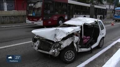Acidente no Brooklin deixa seis pessoas feridas - O acidente foi entre um ônibus e um carro branco, que ficou totalmente destruído. Segundo o Corpo de Bombeiros, quatro pessoas tiveram ferimentos leves e duas foram retiradas das ferragens gravemente feridas.