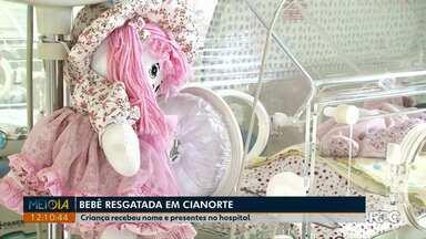 Bebê resgatada de sacola em Cianorte ganha presentes no hospital - Expectativa é a de que menina receba alta ainda nesta semana. Ela foi abandonada dentro de uma sacola, em um terreno baldio.