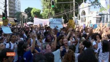 Manifestantes protestam contra proposta de corte de 30% no orçamento do ensino federal - No Rio, o protesto aconteceu do lado de fora do Colégio Militar, onde o presidente Jair Bolsonaro participava de uma cerimônia.