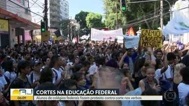 Alunos de colégios federais fazem protesto contra corte de verbas - Estudantes fizeram manifestação perto de onde estava o presidente Jair Bolsonaro. Secretário de Ensino Superior do MEC disse que cortes podem ser revistos.