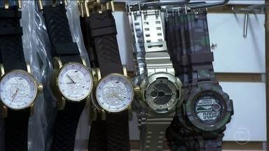 Operação contra pirataria em SP apreende equivalente a R$ 50 mi em relógios falsificados - Os agentes da Receita Federal devem levar três dias para conseguir carregar toda a mercadoria.