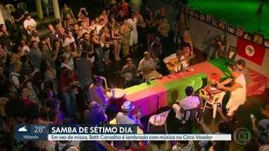 """Uma semana depois da morte de Beth Carvalho, cantora é lembrada em """"samba de sétimo dia"""" - Amigos, parentes e fãs cantaram e dançaram em homenagem à Madrinha do Samba no Circo Voador."""
