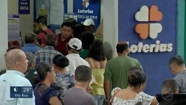 Apostadores enfrentam filas para fazer apostas na Mega Sena acumulada - Apostadores enfrentam filas para fazer apostas na Mega Sena acumulada.