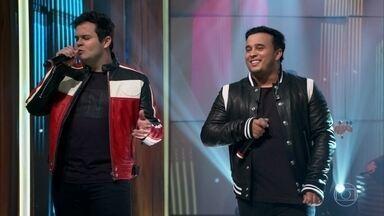 """Matheus & Kauan cantam """"Nosso Santo Bateu"""" - Dupla abre o 'Conversa' agitando a plateia"""