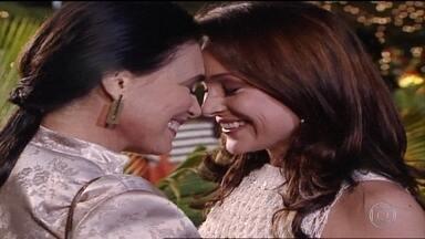 Maria Eduarda fica feliz ao rever Helena - Laura aparece em festa e Eduarda fica incomodada