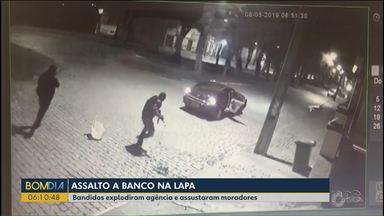 Polícia procura os bandidos que invadiram e explodiram uma agência bancária na Lapa - Bandidos explodiram agência e assustaram moradores. Eles fugiram sem levar nada.