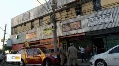 Homem morre após levar choque elétrico enquanto trabalhava em Goiânia - Segundo os bombeiros, pintor estava em um andaime na fachada de um prédio comercial no Setor Aeroporto, quando encostou na rede elétrica.