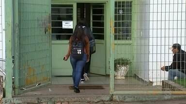 Moradores de Paranapanema reclamam da falta de transporte escolar - Os moradores de Campos de Holambra, distrito de Paranapanema, reclamam que falta transporte para levar as crianças até a escola. Há cerca de 10 dias os alunos não conseguem ir as aulas.