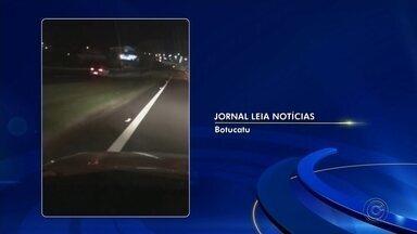 Motorista é flagrado dirigindo na contramão na Castelinho de Botucatu - Um motorista foi flagrado dirigindo na contramão pela Rodovia João Hipólito Martins, mais conhecida como Castelinho, em Botucatu (SP).