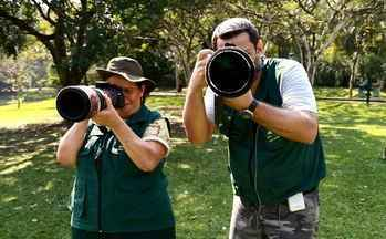 Mãe aventureira - Mãe e filho viajam juntos para observar e fotografar aves.