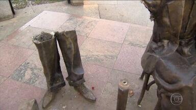Atrás de metal, bandidos roubam objetos inusitados - Fios, portas de alumínio, hidrômetros e até peças de cemitério estão sendo roubados. Só no último mês foram levados 20 km de fios de cobre. Em Vila Isabel, no Rio de Janeiro, a estátua de Noel Rosa está desaparecendo.