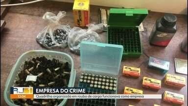 Polícia prende quadrilha que revendia produtos até fora do estado - Polícia prende quadrilha agia em toda a Região Metropolitana e revendia produtos roubados até fora do estado. Segundo a polícia, em um ano chegou a roubar mais de R$ 1 milhão em carga.