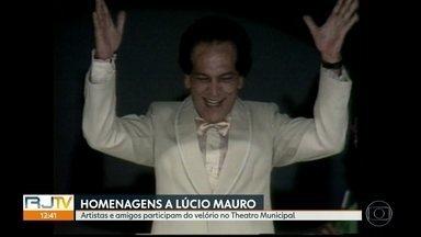Corpo do ator e humorista Lúcio Mauro está sendo velado no Theatro Municipal - Artistas e amigos do ator Lúcio Mauro participam do velório no Theatro Municipal.