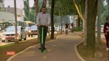 Prefeitura de São Paulo decide impor regras para quem usa patinete elétrico - O uso de capacete, por exemplo, vai passar a ser obrigatório. As mudança vão passar por 15 dias de testes, com orientações aos agentes de trânsito. Depois desse período, clientes e empresas que descumprirem a legislação serão multados.