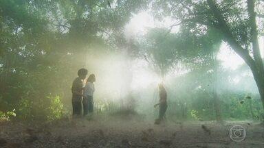 Luz, Feijão e Júnior entram na gruta - Sóstenes avisa que Murilo está procurando por Luz e a jovem fica apreensiva