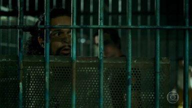 Geraldo é solto e afirma que nunca mais vai voltar para a prisão - Valdir avisa a Adriano que a doutora Ingrid quer falar com ele. Ela leva o alvará do Carlos Maurício. Adriano pergunta quem está sem advogado entre os presos