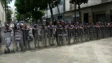 Governo Nicolás Maduro é acusado de invadir a Assembleia Nacional da Venezuela - Nesta terça-feira (14), as forças da polícia e do Sebin, o serviço de inteligência, alegaram a existência de uma bomba como forma de impedir a reunião dos opositores. Isso aconteceu antes da sessão que decidiria como seria a prisão do vice-presidente