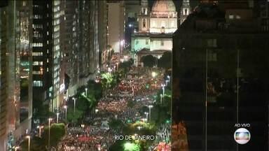 Boletim JN: Centro do Rio é tomado por manifestantes contra o corte na Educação - Na Candelária, no centro da cidade, os manifestantes começaram a se deslocar em direção à Central do Brasil. Durante todo o dia, houve vários protestos em diferentes cidades do Brasil.