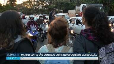 Quarta-feira de paralisações contra cortes na educação - Em Maringá, manifestantes bloquearam avenidas por alguns instantes