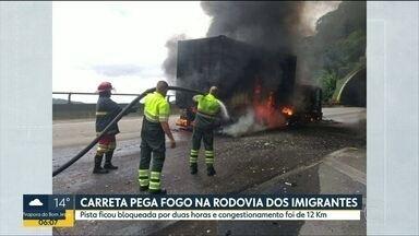 Carreta pega fogo e bloqueia totalmente a Rodovia dos Imigrantes - Via ficou interditada por duas horas, no sentido da Capital, e o trânsito foi de quase 12 quilômetros