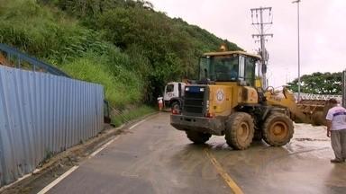 ComLurb trabalha na limpeza da Avenida Niemeyer após deslizamento de terra - A via foi interditada na manhã desta quinta-feira (16) após um deslizamento de terra.