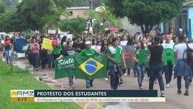 Com faixas e cartazes, alunos do Ifam fazem manifestação contra cortes na educação - Ato ocorreu em Presidente Figueiredo.